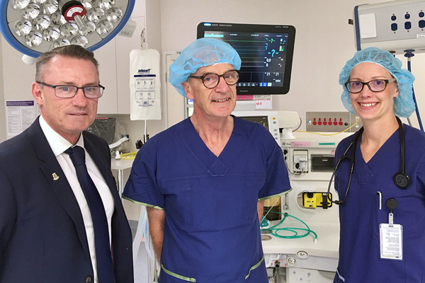 NHW CEO standing in theatre with the Director of Orthopaedics and Director of Anaesthesia and Perioperative Medicine